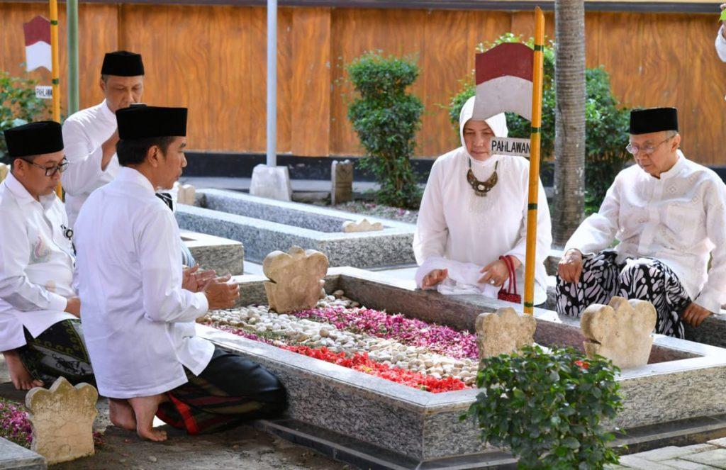 Presiden Joko Widodo dan Gus Sholah ziarah ke komplek makam KH M Hasyim Asyari