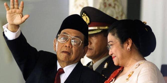 Presiden keempar RI Abdurrahman Wahid bersama Wakil Presiden Megawati Soekarno Putri