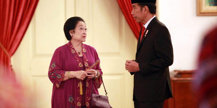 Megawati Seokarno Putri sedang berbincang dengan Jokowi